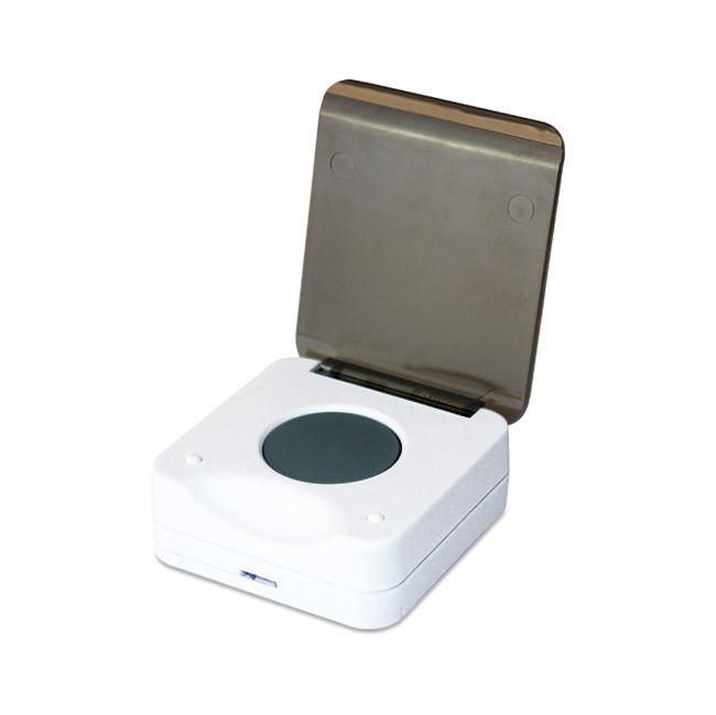 Smart button SALUS. Bezdrôtová komunikácia a napájanie na batérie vám zaručí, že chytré tlačidlo môžete mať vždy po ruke všade tam, kde potrebujete. Tlačidlo môže byť umiestnené na určenom mieste alebo ľubovoľne prenášané.