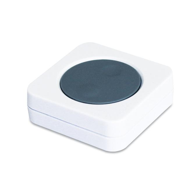 Bezdrôtová komunikácia a napájanie na batérie vám zaručí, že chytré tlačidlo môžete mať vždy po ruke všade tam, kde potrebujete. Tlačidlo môže byť umiestnené na určenom mieste alebo ľubovoľne prenášané.